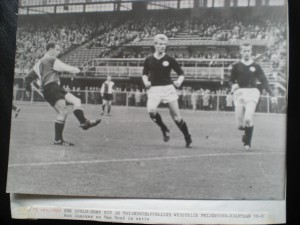 1962 1e in Kuip. Frans Bouwmeester scoort tegen Van Hout en Duncker